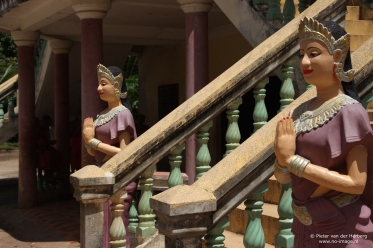 Pagoda stairs statues